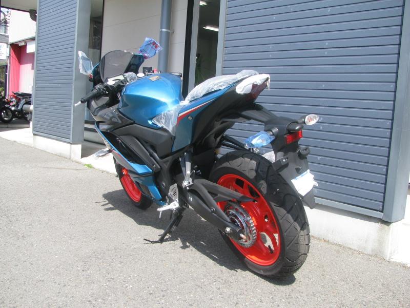 新車バイク ヤマハ YZF-R25ABS シアン/オレンジ 左うしろ側