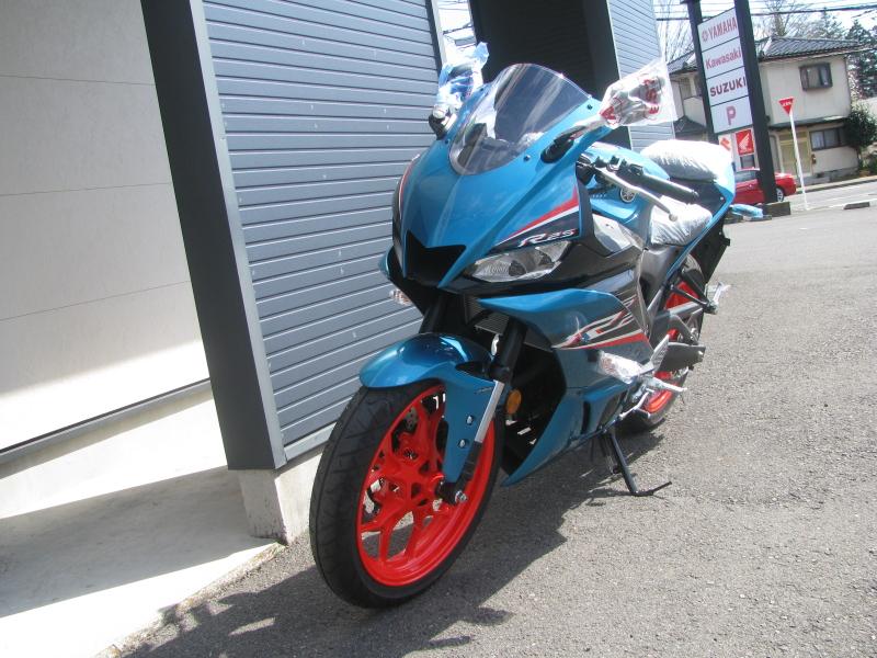 新車バイク ヤマハ YZF-R25ABS シアン/オレンジ 左まえ側