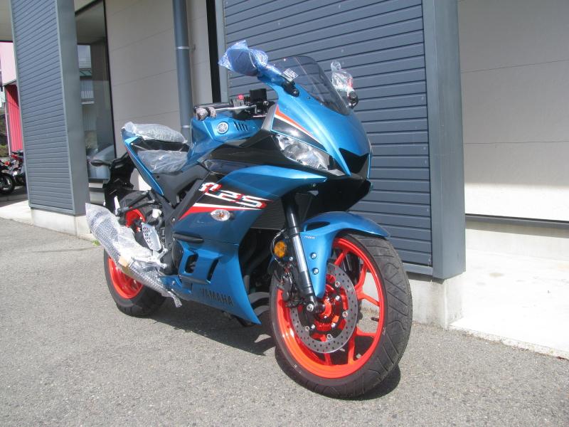 新車バイク ヤマハ YZF-R25ABS シアン/オレンジ 右まえ側