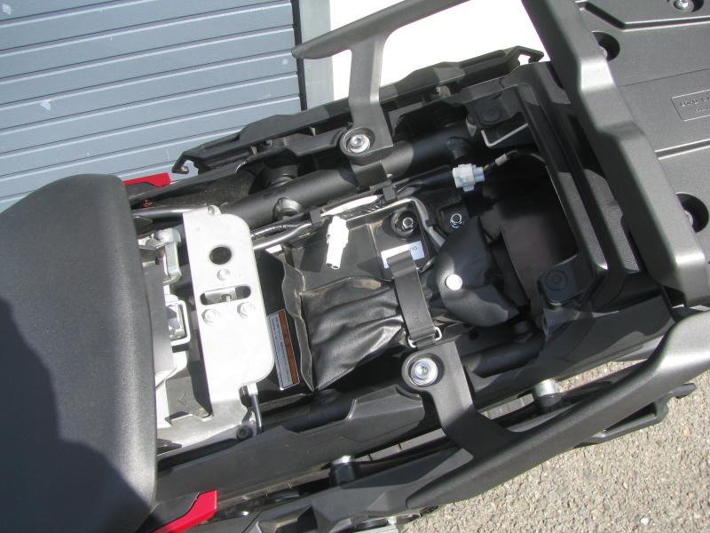 中古車 ヤマハ MT-09 TRACER ABS(トレーサーABS) レッド タンデムシート下スペース