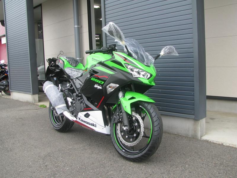 新車バイク カワサキ Ninja250 KRT EDITION グリーン 2021年モデル 右まえ側
