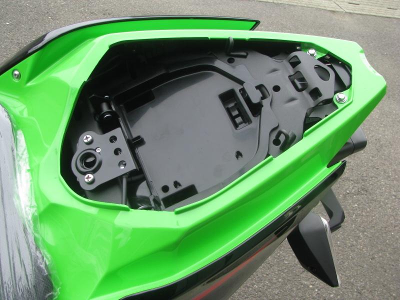 新車バイク カワサキ Ninja250 KRT EDITION グリーン 2021年モデル タンデムシート下収納スペース