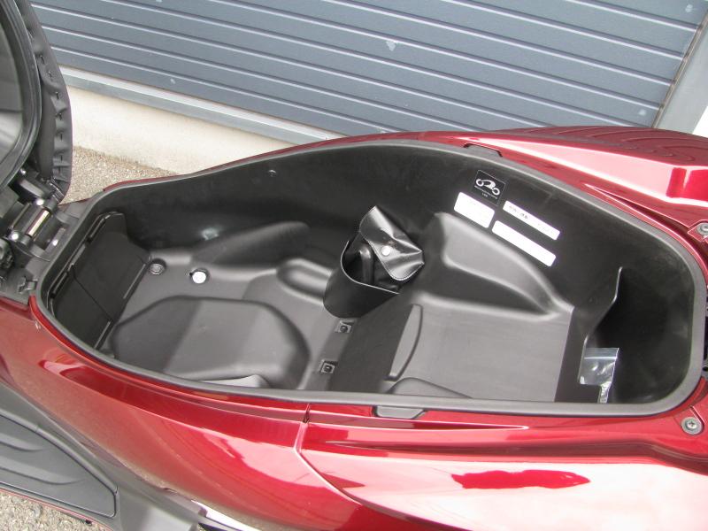 中古車 ホンダ PCX レッド (125cc) シートボックス