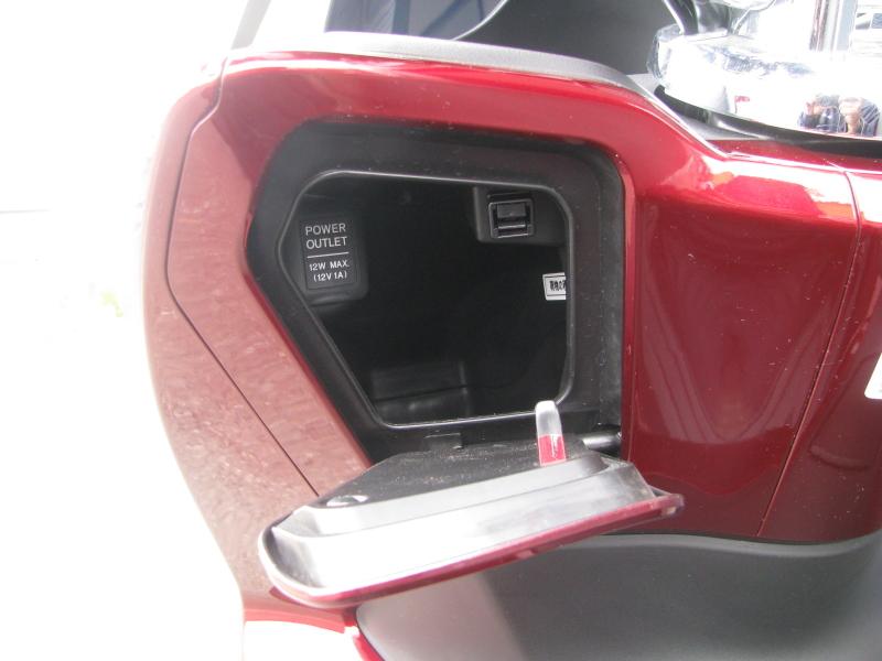 中古車 ホンダ PCX レッド (125cc) フロントポケットとDC電源ソケット