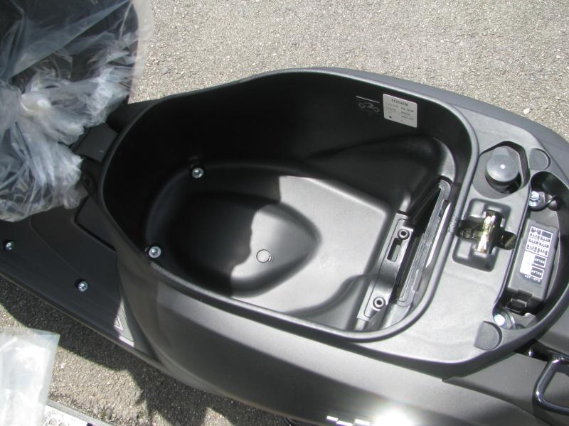 新車 ヤマハ ジョグ デラックス (JOG DX) マットブラック シートボックス