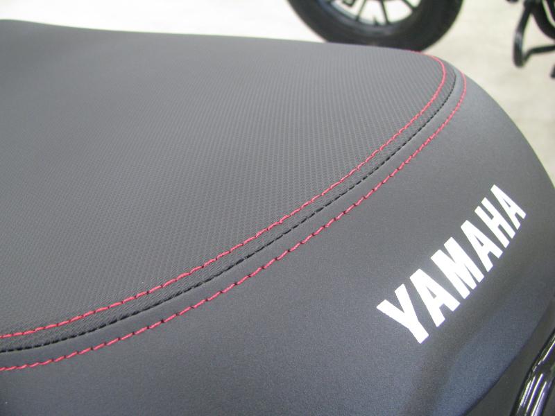新車 ヤマハ ジョグ デラックス (JOG DX) マットブラック シートのステッチ