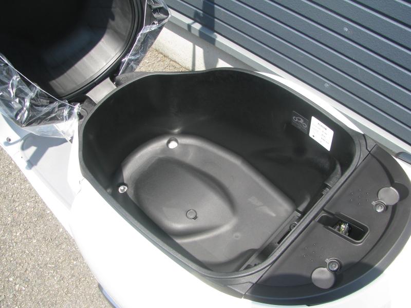 新車情報 ヤマハ ビーノ(Vino) ライトブルー シート下収納スペース