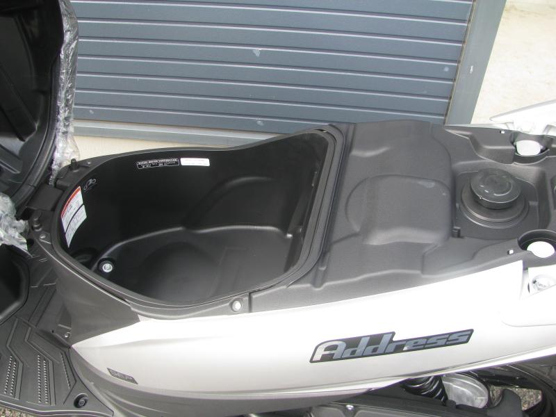 新車 スズキ アドレス110(Address110) シルバー シートボックスと給油口