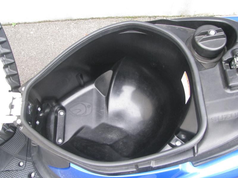 中古車 スズキ アドレスV50 ブルー シート下の収納スペース