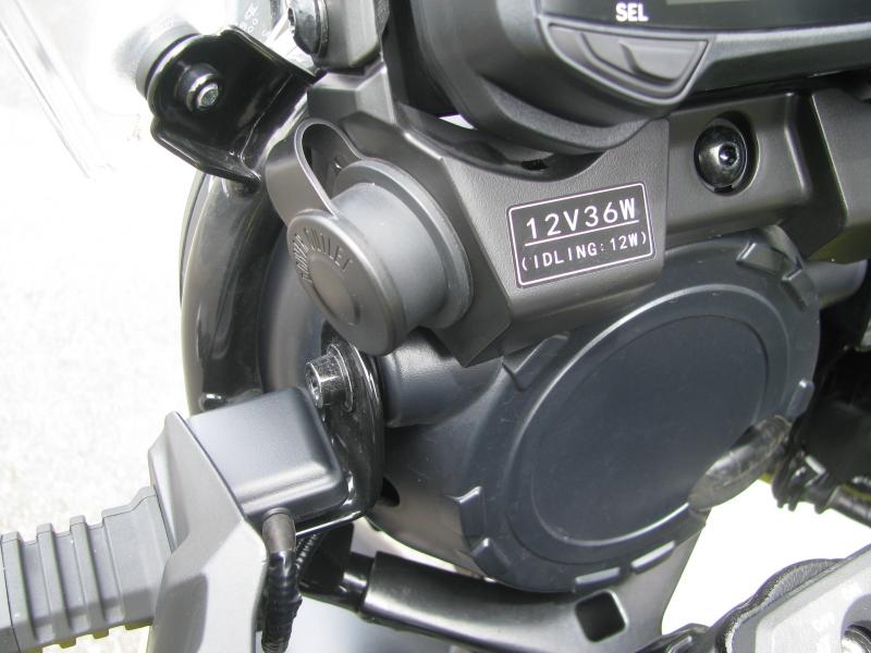 中古車 スズキ V ストローム250 (V-Strom250) イエロー 3ボックス付き DC電源ソケット