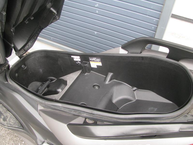 中古車 ヤマハ XMAX ABS(250ccスクーター) マットグレー シート下の収納スペース